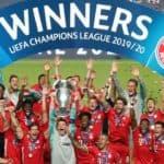 Le capitaine Neuer, étincelant, soulève la Coupe aux grandes oreilles, la sixième pour le Bayern. [EPA/Miguel A. Lopes / POOL - Keystone]