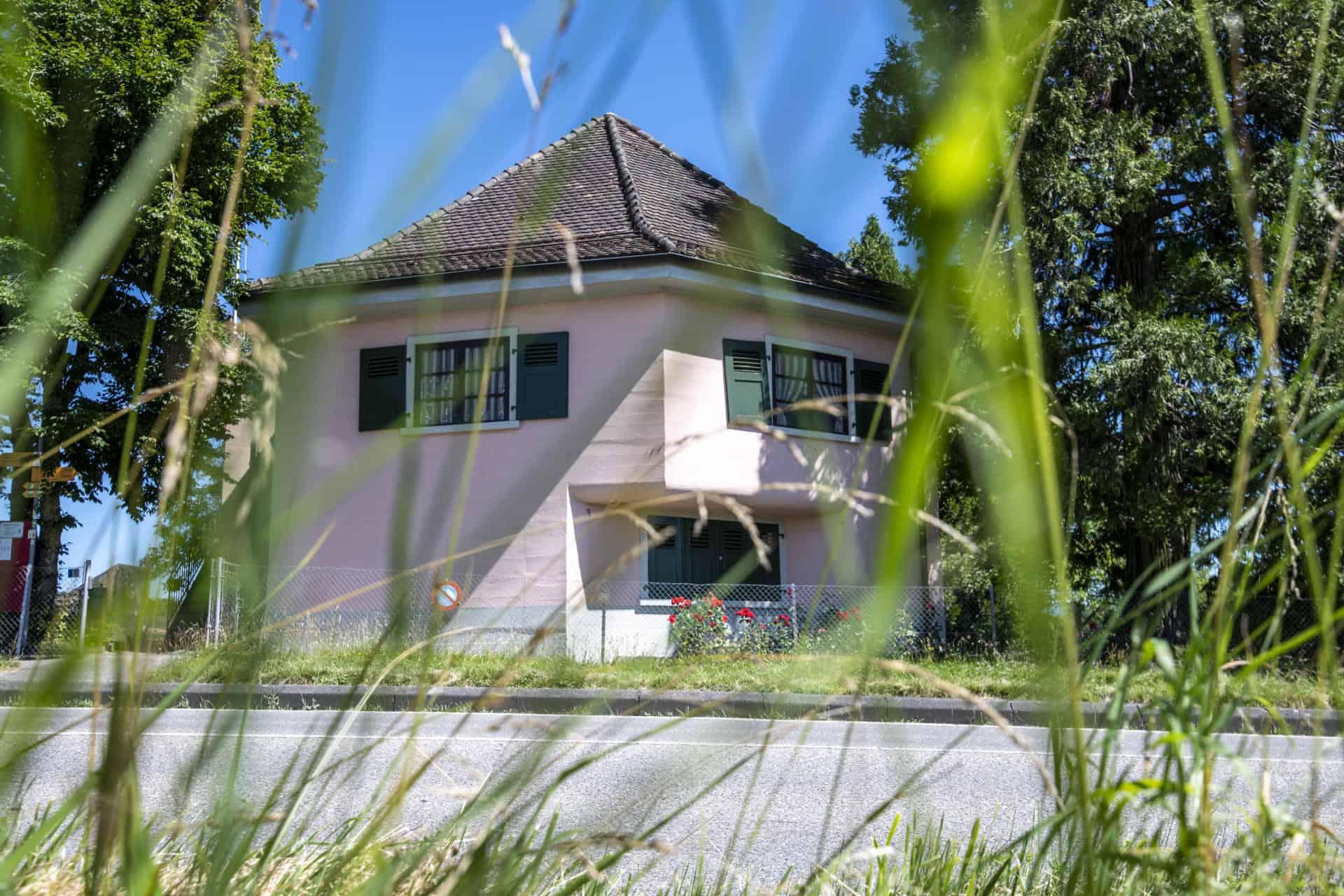 Au bord de la route Suisse entre Gland et Prangins, à deux pas du Golfe Impérial, la Villa Rose a l'air d'une maison comme les autres... — © Darrin Vanselow pour Le Temps