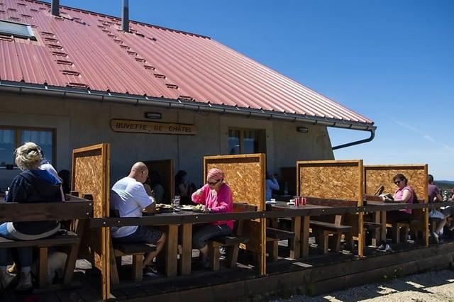 La buvette d'alpage de Chatel à la Vallée de Joux a posé des parois pour accueillir davantage de clients. KEYSTONE/JEAN-CHRISTOPHE BOTT
