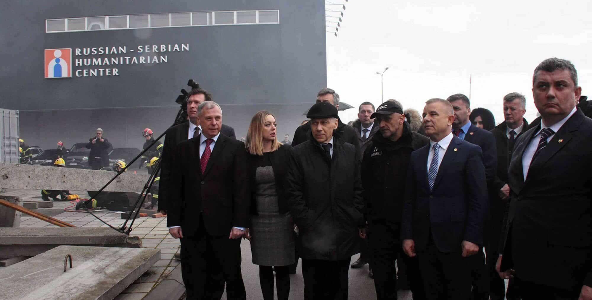 Une délégation russe en visite au Centre humanitaire serbo-russe en février 2020