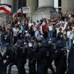 Protestler bei einer Demonstration vor dem Reichstagsgebäude Foto: CHRISTIAN MANG / Reuters