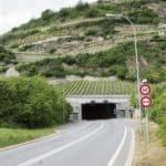 L'entrée du tunnel de Platta, bien intégrée dans le paysage. HÉLOÏSE MARET