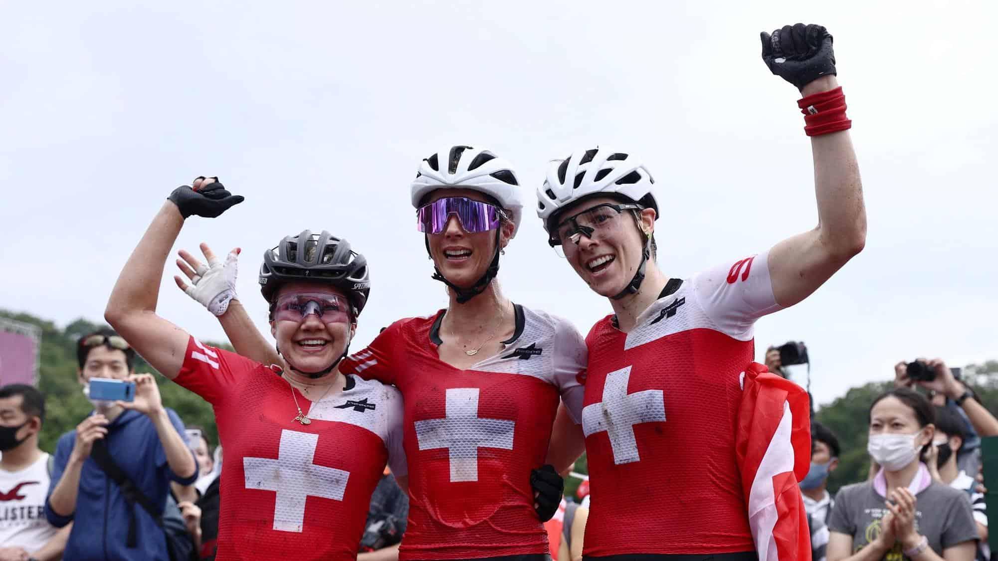 Sina Frei, Jolanda Neff et Linda Indergand ( de g. à dr.) ont écrit l'une des plus belles pages de l'histoire du sport suisse aux JO. [Thibault Camus - kEYSTONE]